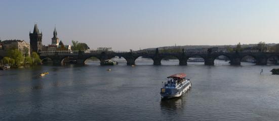 Karlsbrücke und Touristenschiff